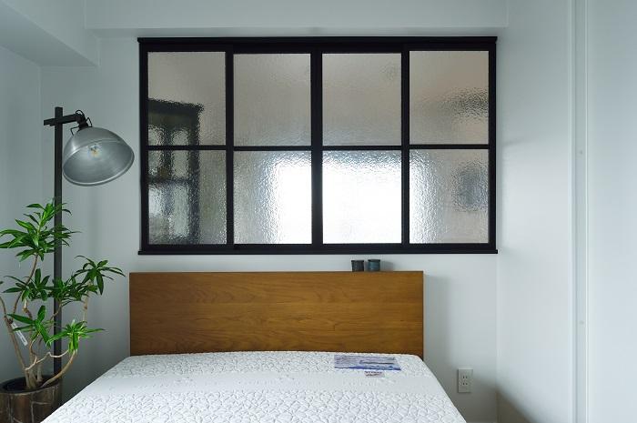 スリガラスから広がる明りが幻想的な寝室