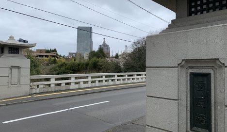 仙台駅方面から霊屋橋を渡った場所にある物件。